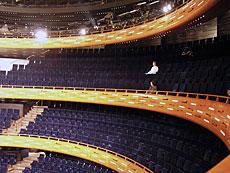 Balkongerna har designats med hål i ett särskilt mönster för att öka ljudkvaliteten.