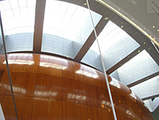 Genom taket i foajén flödar ljus ner