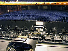 Sufflörluckan, orkesterdiket och parketten sett från scenen.