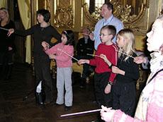 Många ville prova hur det kändes att hålla i den magiska dirigentpinnen...