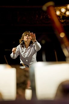 Shi Yeon-Sung, dirigent. Foto: Alexander Kenney