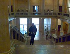 Lars David i trapphallen. I bakgrunden Susanne i dörröppningen till Kaminzimmer.