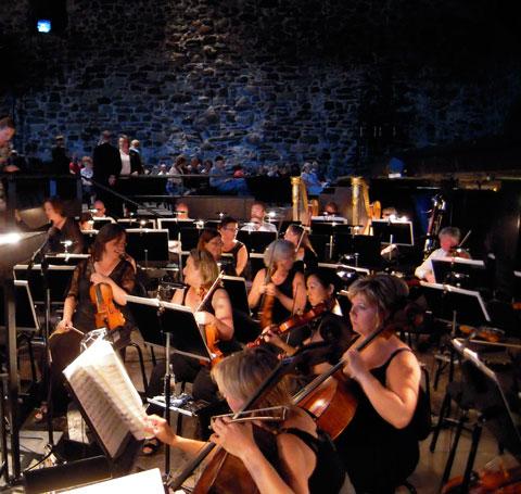 Hovkapellet förbereder sig i orkesterdiket i Olavinlinna borg.