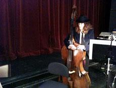 I Orphée bär alla musiker kostym och hatt.