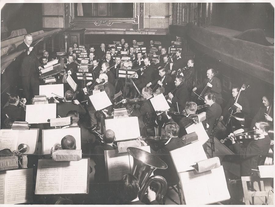 Bilden visar en repetition med Kungliga Hovkapellet – troligen inför orkesterns 400-års jubileum 1926 – under ledning av Armas Järnefelt.