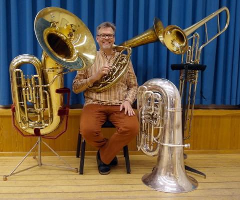 Carl Jakobsson med sina instrument, från vänster: Bb-tub,a F-helikon, C-tuba och Cimbasso i F. Marcus Boldemann 2011