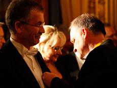 Medaljpåtagning. Lars Westergren och medaljsekreterare Richard Nyström. I bakgrunden Åsa Lännerholm.