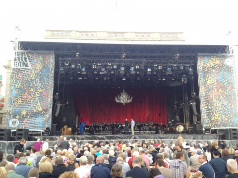 Publiken samlas inför operakonserten på Gustav Adolfs torg
