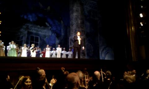 Andrej Nikolaev tackar för publikens stående ovationer