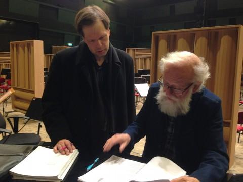 Medea. Dirigenten Patrik Ringborg diskuterar partituret med tonsättaren Daniel Börtz. Foto Mikael Rydh 2016.